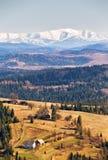 De sneeuw caped bergen in zonnige de lentedag stock fotografie