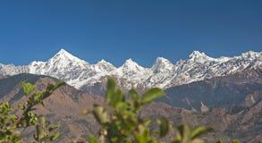 De sneeuw claded pieken in Himalayagebergte royalty-vrije stock fotografie
