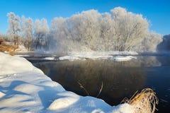 De sneeuw en de rivier en rijp Stock Afbeelding