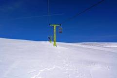 De sneeuw en en de hemel van de stoeltjeslift stock afbeeldingen