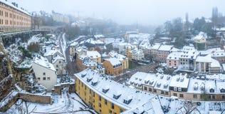 De sneeuw en de mist behandelden Grund, het oude deel van de stadspanorama van Luxemburg stock foto
