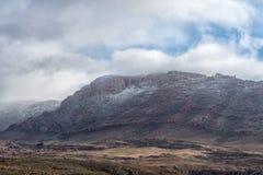 De sneeuw en de Wolfberg-Barsten zijn zichtbaar in Cederberg-Bergen royalty-vrije stock foto's