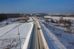 De sneeuw hoogste mening van de de winterweg stock afbeeldingen