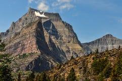 De sneeuw klampt zich aan Hoog Rocky Cliff in Gletsjer Nationaal Park vast royalty-vrije stock afbeelding
