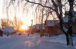 De sneeuw Rusland Dawn Village van de ochtendwinter Stock Afbeeldingen