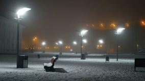 De sneeuw valt straatnacht stock videobeelden
