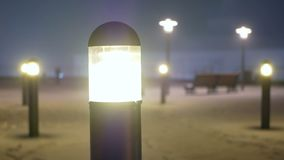 De sneeuw valt straatnacht stock video