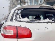 De sneeuw van de daken viel op de auto royalty-vrije stock foto's
