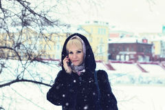 De sneeuw van de de besprekingstelefoon van de meisjeswinter Royalty-vrije Stock Foto's