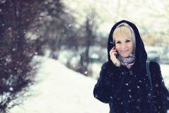 De sneeuw van de de besprekingstelefoon van de meisjeswinter Stock Foto's