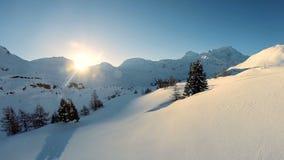 De sneeuw van het de winterlandschap behandelde over vlieg van de bergen de luchtmening stock video