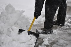 De sneeuw van mensenschoppen Royalty-vrije Stock Foto's