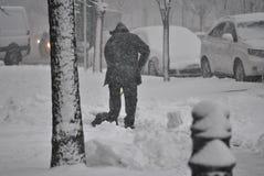 De sneeuw van mensenschoppen Royalty-vrije Stock Foto