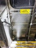 De sneeuw vulde binnenland van treinauto voorzichtig ondertekent Stock Afbeeldingen