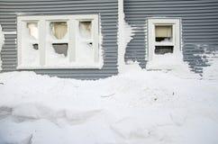 De sneeuw zet opgestapeld onder woonvensters op Royalty-vrije Stock Afbeelding