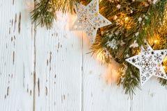 De sneeuwachtergrond van Kerstmis Spartakken met het branden van slinger Stock Afbeeldingen