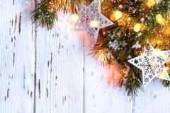 De sneeuwachtergrond van Kerstmis Spartakken met het branden van slinger Stock Afbeelding