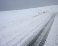 De sneeuwauto volgt landschap #2 Stock Afbeeldingen