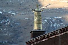 De sneeuwberg dichtbij de Biru dharmatempel stock foto's