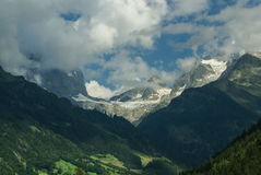 De sneeuwberg onder blauwe hemel in gadmen, Zwitserland Stock Foto's