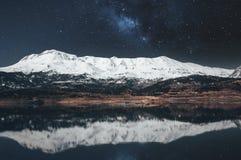 De sneeuwberg van het nachtlandschap met melkachtig manier en meer stock foto's