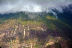 De sneeuwbergen van Kawakarpo door wolk worden behandeld die Royalty-vrije Stock Fotografie
