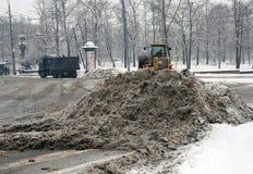 De sneeuwblazer ontruimt straat van sneeuw Stock Foto's