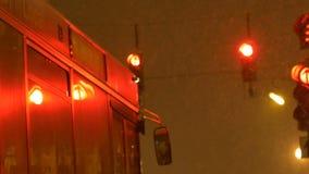 De Sneeuwende Bus van de eindenacht stock video