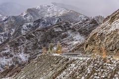 De sneeuwhaarspeldbocht van wegbergen Stock Foto's