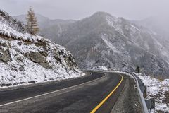 De sneeuwhaarspeldbocht van wegbergen Royalty-vrije Stock Afbeelding
