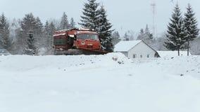 De sneeuwmachine maakt weg in de winter schoon langzame geanimeerde video stock videobeelden