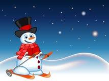 De sneeuwman die een hoed, een rode sweater en een rode sjaal dragen ski?t met ster, hemel en sneeuwheuvelachtergrond voor uw ont Stock Afbeelding