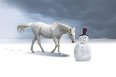 De sneeuwman en het paard in een de winterlandschap. stock foto's