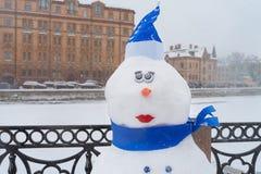 De sneeuwman op de winterdijk, Kerstmisdecoratie in de stad Nieuwjaarviering in St. Petersburg, Rusland tijdens sneeuwval royalty-vrije stock foto