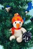 De sneeuwman van het stuk speelgoed op Kerstboom Royalty-vrije Stock Afbeelding