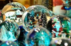 De sneeuwman van sneeuwbaltoy glass ball stock afbeeldingen