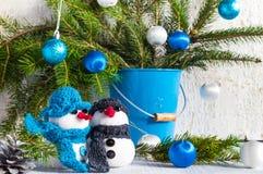 De sneeuwmannen schepen houten de plucheduo in van de Kerstmiswinter Royalty-vrije Stock Afbeeldingen