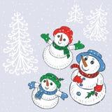 De sneeuwmannenfamilie kijkt op de sneeuwval Royalty-vrije Stock Afbeeldingen