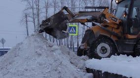 De sneeuwploeg maakt de Weg schoon stock footage