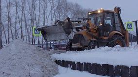 De sneeuwploeg maakt de Weg schoon stock videobeelden