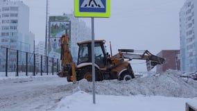 De sneeuwploeg maakt de Weg, twee schoten schoon stock video