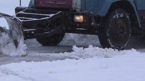 De sneeuwploeg maakt weg schoon stock footage