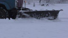 De sneeuwploeg maakt weg schoon stock video