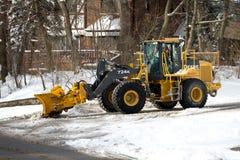 De sneeuwploeg veegt de sneeuw Stock Fotografie