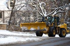 De sneeuwploeg veegt de sneeuw Royalty-vrije Stock Fotografie
