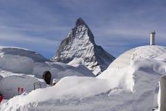 De sneeuwstad en Matterhorn Stock Fotografie