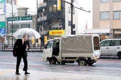 De Sneeuwstraat en Mens van Japan Stock Foto's