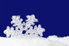 De sneeuwvlok van het glas op blauw Stock Afbeeldingen