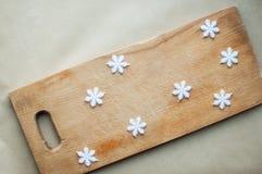 De sneeuwvlokkengrens op houten vlakte als achtergrond lag Grappig de keukenconcept van de de wintervakantie Stock Afbeelding