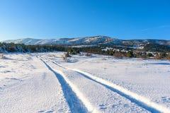 De sneeuwweg leidt tot de berg Agarmysh Rusland, Stary Krym Royalty-vrije Stock Afbeeldingen